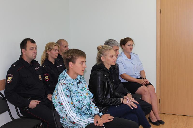 Полицейские поблагодарили двух молодых новгородцев за оказанное содействие в задержании злоумышленника