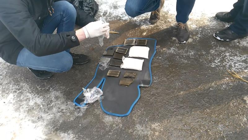 В Новгородской области полицейские задержали наркокурьера с крупной партией запрещённых веществ