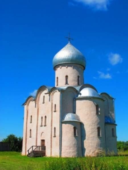 Богослужение в церкви Спаса Преображения на Нередице