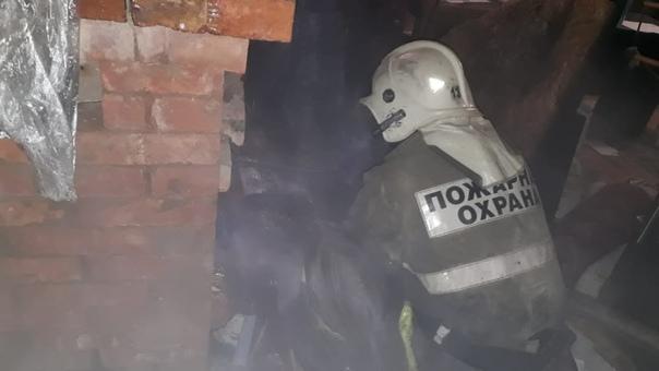 Сегодня в 01:41 на пульт пожарной охраны поступило сообщение о том , что в д. Сосницы Маловишерского района в частном доме из-под печи идет дым.