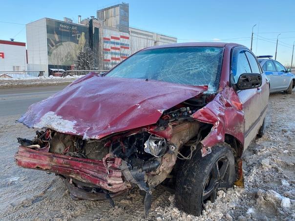 В результате аварии в Великом Новгороде в медицинское учреждение с тяжелыми травмами госпитализировано двое водителей.