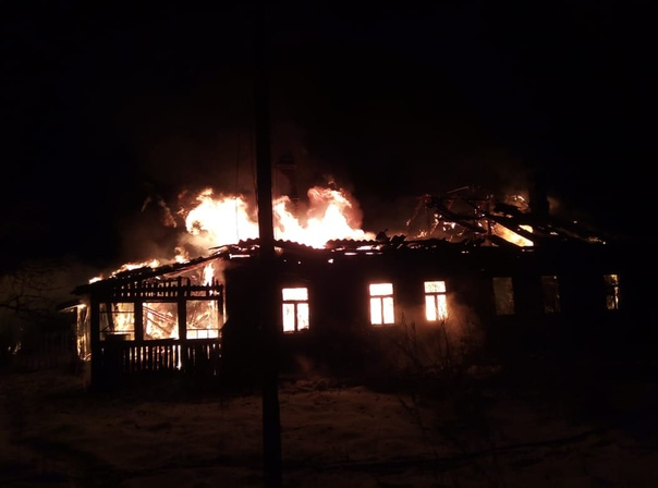 Сегодня в 7.05 в экстренные службы поступило сообщение о пожаре в Спасской Полисти Чудовского района. Возгорание произошло в 4х квартирном доме (2 кв нежилые). На место незамедлительно выехали пожарные (ПСЧ — 9 2АЦ, ПЧ — 4 1АЦ, СПТ) .