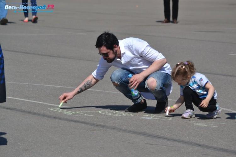 Дети рисуют победу.