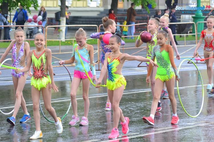 Юных гимнасток заморозили под дождем на шесвтии в честь Дня города