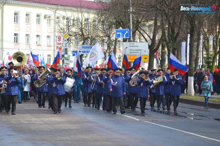 1 мая. Великий Новгород. Впереди колонны Духовой оркестр