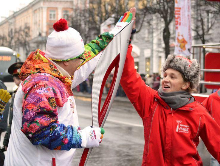 Факелоносцы приветствовали горожан и других участников мероприятия