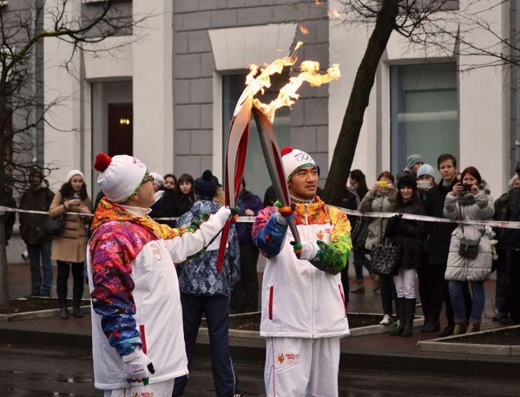 Олимпийский огонь на улицах Великого Новгорода