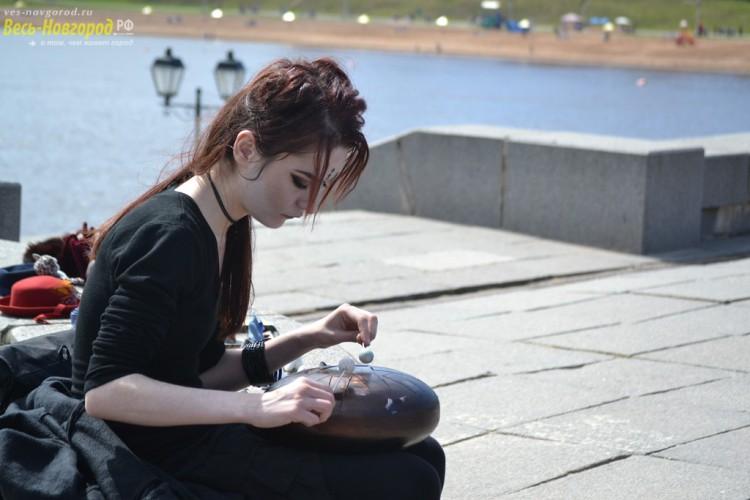 Одинокая девущшка играет на тибетском инструменте